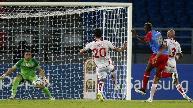 Útočník Jeremy Bokila z DR Kongo (druhý zprava) střílí gól do sítě Tuniska v závěrečném utkání skupiny B mistrovství Afriky.