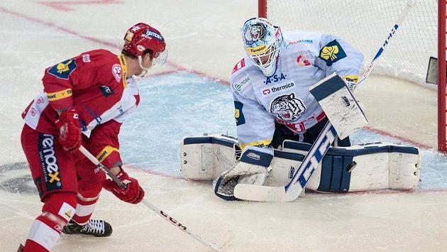 Brankář Liberce Marek Schwarz řeší šanci útočníka Slavie Pavel Klhůfek.