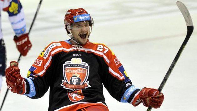 Útočník Hradce Rastislav Dej se raduje z gólu.