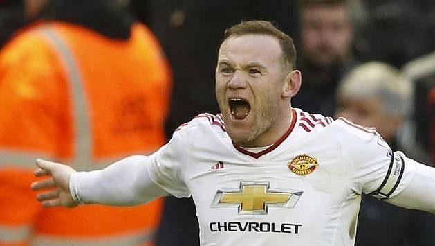 Wayne Rooney oslavuje gól do sítě Liverpoolu.