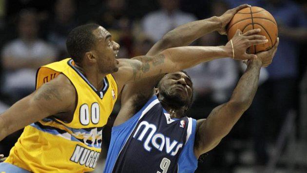 Darrell Arthur (vlevo) z Denveru bojuje o míč Jaeem Crowderem z Dallasu.