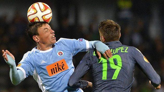 Hráč Slovanu Bratislava Nicolas Gorosito (vlevo) v souboji s neapolským Davidem Lópezem.