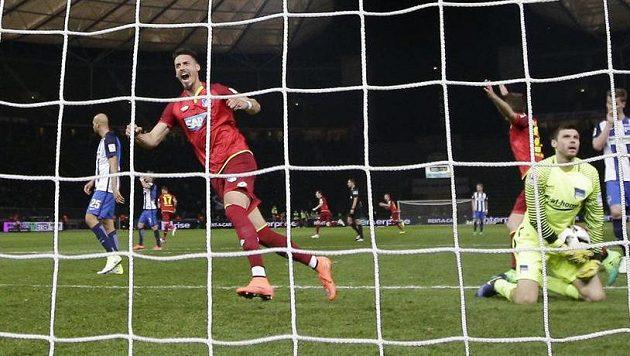 Útočník Hoffenheimu Sandro Wagner se raduje z gólu Niklase Sueleho.