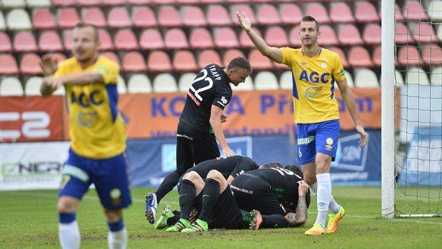 Příbramští hráči se radují ze sporného gólu na 2:1, zatímco hráči Teplic protestují. Branka nakonec nebyla uznána.