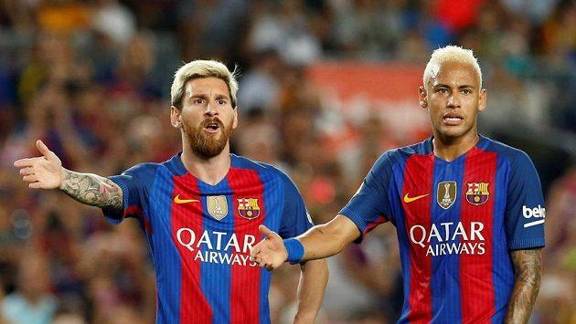 Barcelonští Lionel Messi a Neymar při debatě s rozhodčím v souboji Alavésem.
