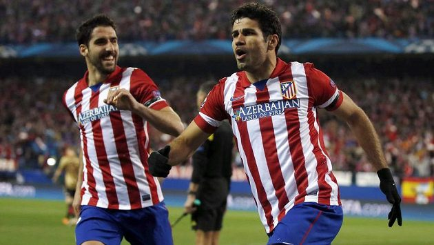 Diego Costa (vpravo) oslavuje se spoluhráčem z Atlétika Raúlem Garcíou svoji trefu do sítě AC Milán.