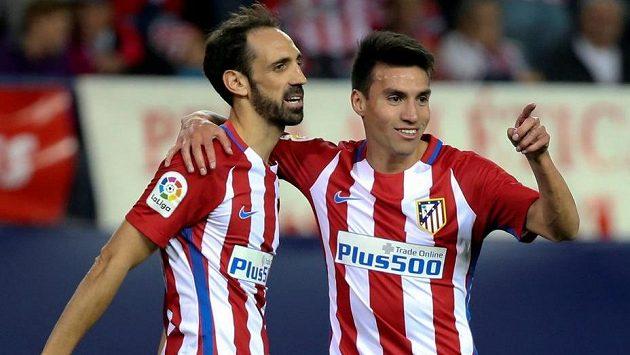 Hráči Atlética Madrid Nicolas Gaitán (vpravo) a JuanFran Torres oslavují druhý gól v síti Granady.