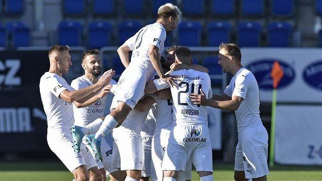 Hráči Slovácka se radují z gólu proti Karviné.
