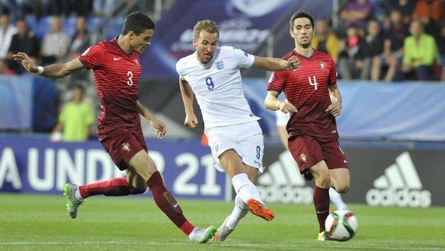 Mezi Portugalci Tiagem Ilorim (vlevo) a Paulem Oliverirou (vpravo) střílí anglický útočník Harry Kane.
