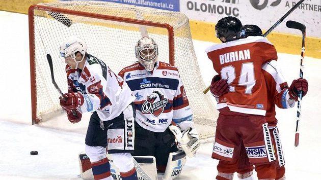 Čtvrtá branka Olomouce, zleva Patrik Poulíček a brankář Ondřej Kacetl z Pardubic a Vilém Burian a autor gólu Petr Strapáč.