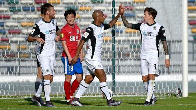 Brazilec Ari (uprostřed v bílém) slaví svůj gól do sítě čínského Che-nanu, vlevo Smolov a vpravo Mamajev.