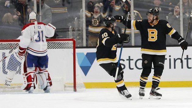Český hokejista David Pastrňák (vpravo) oslavuje se spoluhráčem Andersem Bjorkem gól proti Montrealu.