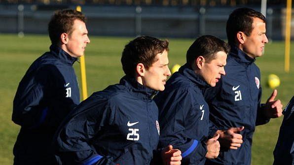 Fotbalisté Sparty během prvního tréninku zimní přípravy, v popředí s číslem 25 nová posila Mario Holek.