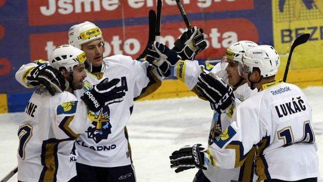 Kladenský Lepine (první zleva) slaví se spoluhráči svůj gól do sítě Slavie.