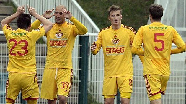 Ivan Lietava z Dukly (druhý zleva) se raduje se spoluhráči z prvního gólu do sítě klokanů.