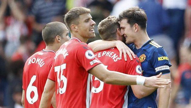 Pozdravy po konci zápasu, fotbalisté Manchesteru remizovali na hřišti Southamptonu.
