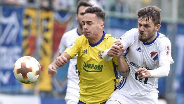 Zleva Daniel Holzer ze Zlína a střelec prvního gólu Baníku Milan Jirásek.