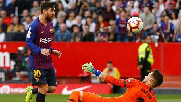 Hvězda Barcelony Lionel Messsi překonává Tomáše Vaclíka v brance Sevilly