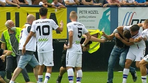 Při druholigovém utkání mezi Líšní a Brnem vnikli na hrací plochu fanoušci. Napadeného pořadatele se zastal i hráč Líšně Jan Silný.
