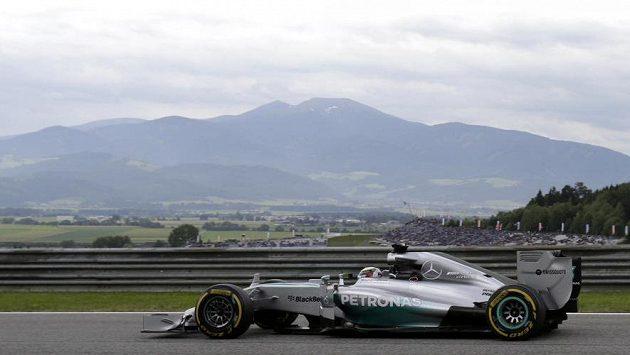 Okolí Red Bull Ringu tvoří poutavá přírodní scenérie. Pilot Mercedesu Lewis Hamilton ale asi mnoho času na kochání neměl.