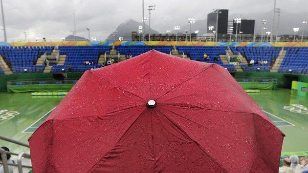 Nepříznivé počasí v Riu trápí i tenisty.