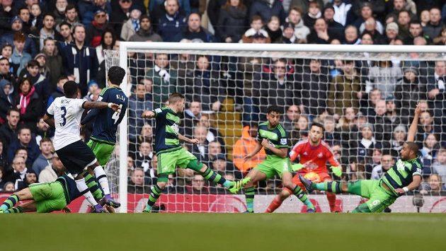 Obránce Tottenhamu Danny Rose střílí rozhodující gól do sítě Swansea v 27. kole anglické Premier League.