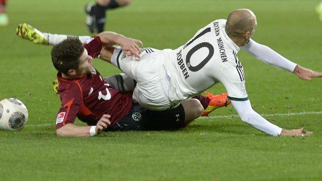 Sebastien Pocognoli (vlevo) z Hannoveru v souboji o míč s Arjenem Robbenem z Bayernu.