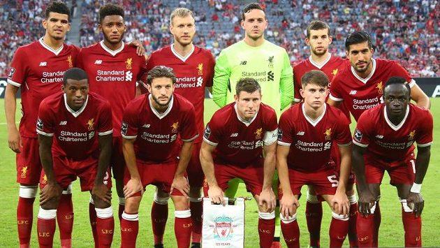 Fotbalisté Liverpoolu před utkáním Audi Cupu proti Atléticu Madrid (Adam Lallana je čtvrtý zleva).