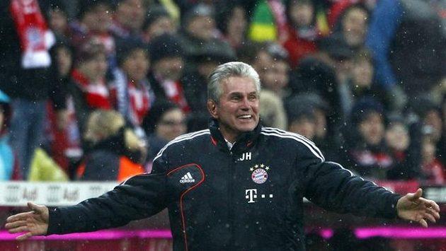 Jupp Heynckes, trenér Bayernu Mnichov, reaguje během zápasu s Leverkusenem.