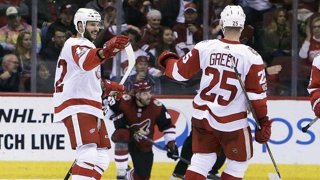 Martin Frk z Detroitu se raduje z gólu proti Arizoně, vpravo Mike Green.