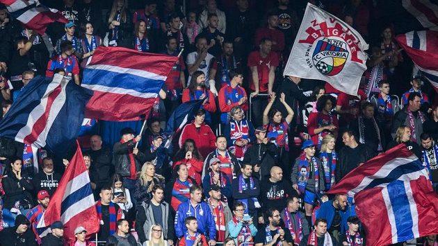 Fanoušci Plzně během utkání se Slavií.