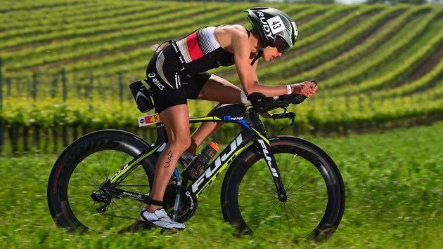 Německá závodnice Julia Viellehnerová při cyklistické části závodu.