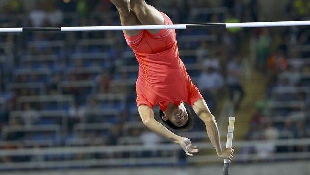 Hiroki Ogita během kvalifikace ve skoku o tyči.