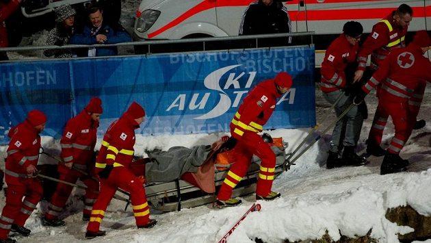 Vážně zraněného amerického skokana Nicholase Fairalla transportují záchranáři v Bischofshofenu do nemocnice.