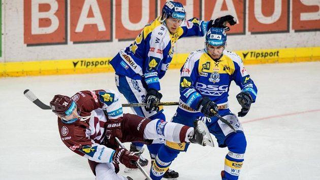 Útočník Sparty Jan Buchtele (vlevo) a hokejisté Zlína Robert Říčka (uprostřed) a Dalibor Řezníček.