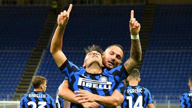 Fotbalista Interu Milán Lautaro Martínez se raduje z gólu do sítě Fiorentiny.