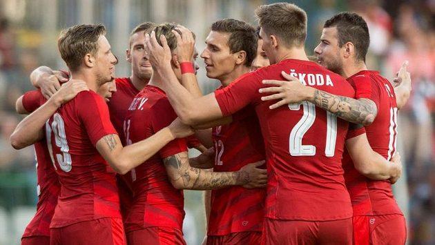 Fotbalisté české reprezentace oslavují první gól v přípravném utkání s Arménií.