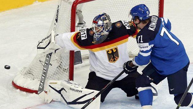 Německý brankář Rob Zepp likviduje akci finského útočníka Lea Komarova.