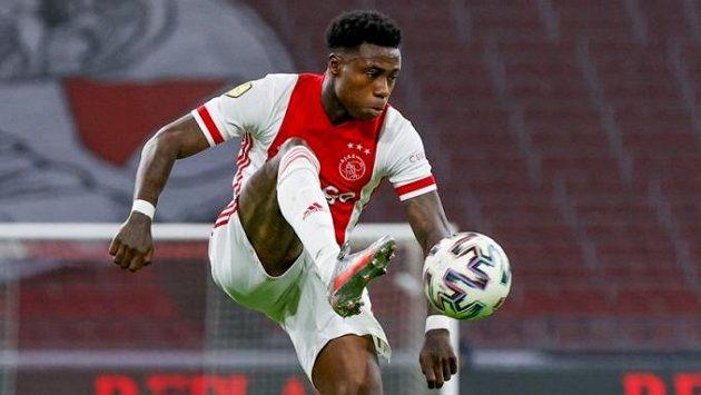 Fotbalista Ajaxu Quincy Promes byl zatčen kvůli podezření z pobodání muže.