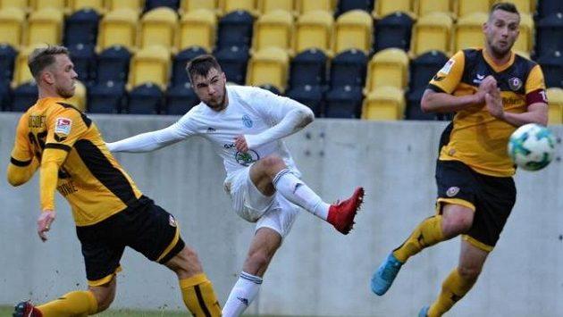 Nikolaj Komličenko z Mladé Boleslavi pálí v utkání proti Drážďanům.