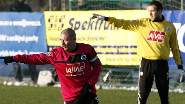 Brankář Matej Delač odchytal za Dynamo České Budějovice i zápas Tipsport ligy, na snímku je s obráncem Tomášem Řepkou.