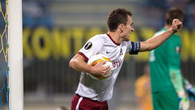 Kapitán sparťanských fotbalistů David Lafata oslavuje v Tripolisu gól na 1:1.