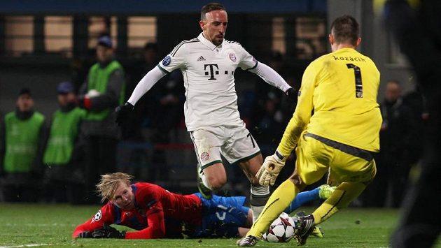Franck Ribéry (v bílém) překonal v duelu Ligy mistrů ležícího Františka Rajtorala, ale plzeňského gólmana Matúše Kozáčika neprostřelil.