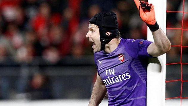 Petr Čech má novou helmu, na trávník si ji ale asi nevezme.