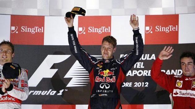 Tři nejlepší z GP Singapuru: zleva druhý Jenson Button, vítězný Sebastian Vettel a třetí Fernando Alonso