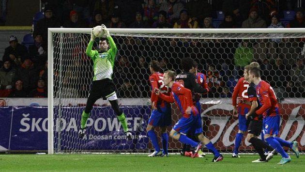Brankář Plzně Matuš Kozáčik při zákroku v utkání proti Atlétiku Madrid.