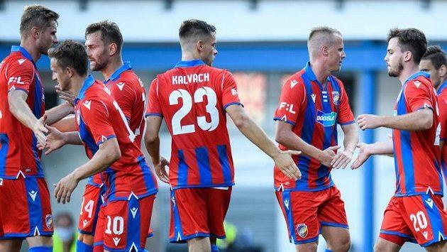 Fotbalisté Viktorie Plzeň oslavují gól na 1:1 během utkání s Opavou.