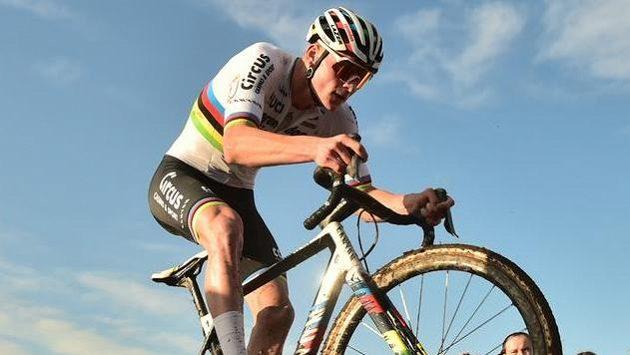Mathieu van der Poel z Nizozemska na trati v Táboře.