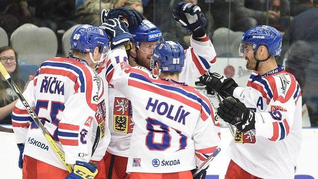 Čeští hokejisté se v zápase s Norskem radují po úvodním gólu Lukáše Kašpara (druhý zleva).