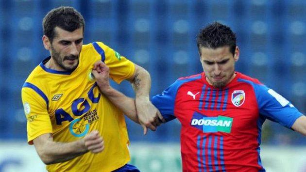 Teplický záložník Admir Ljevakovič (vlevo) v souboji s plzeňským středopolařem Janem Kovaříkem.
